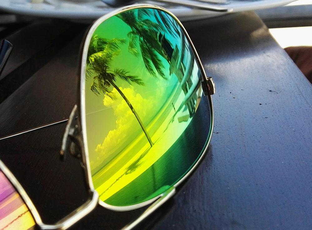 Kokospalme spiegelt sich in Sonnenbrille